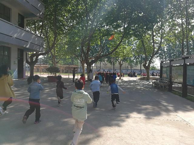绿地小学一年级举行应急疏散实战演练 (消防及防踩踏专项演练)