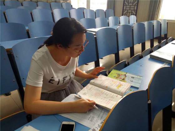 绿地小学进行期末作业、备课检查活动